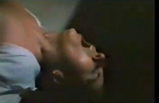 Pijat Rusia memiliki gairah seks kazashka di sofa. bokep mami gendut